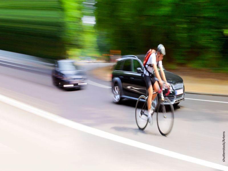 ciclista y coches