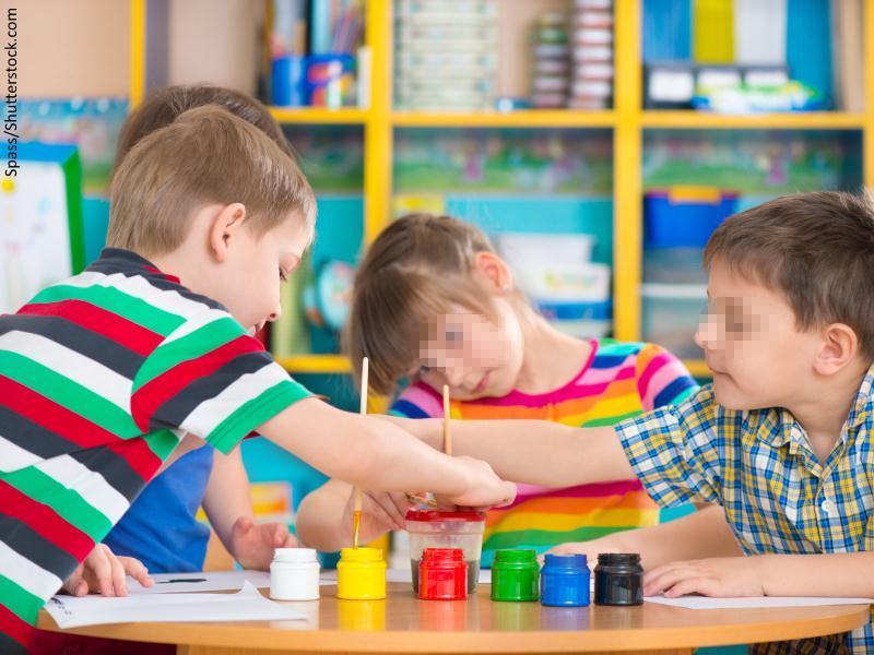 Niños pintando con acuarelas