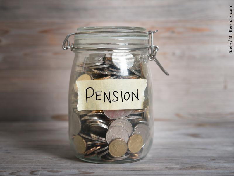 Bote con dinero donde se puede leer pensión