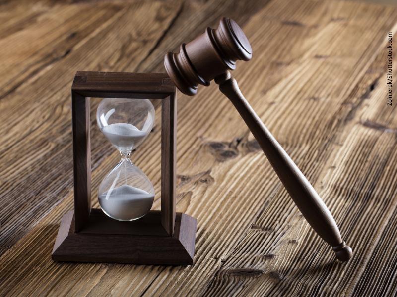 Reloj de arena con maza de juez apoyada sobre él