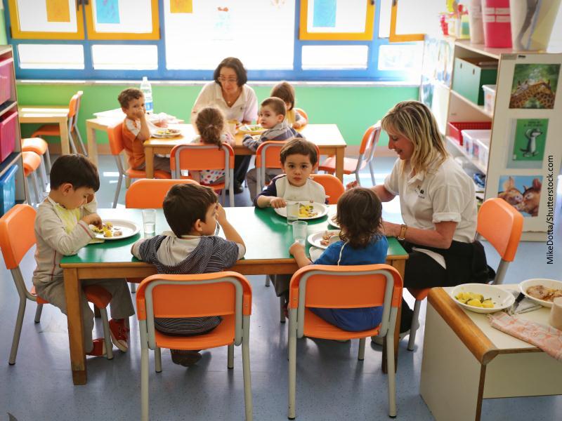 aula de educación infantil con niños y profesora