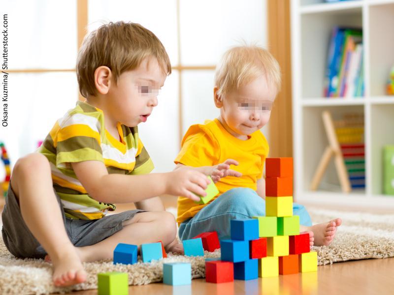 Niños jugando a un juego de construcción