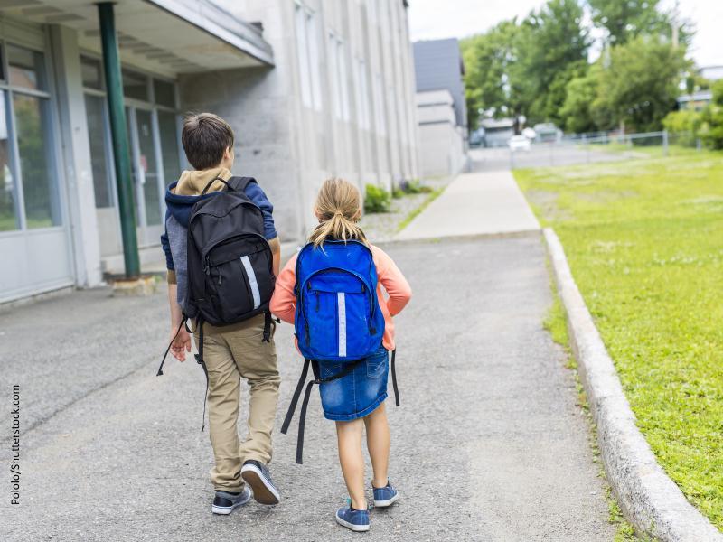 pareja de niños con mochila