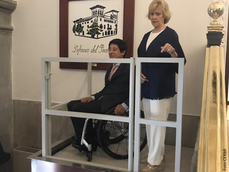 La Defensora del Pueblo y el Director General de Discapacidad usando el elevador de la institución