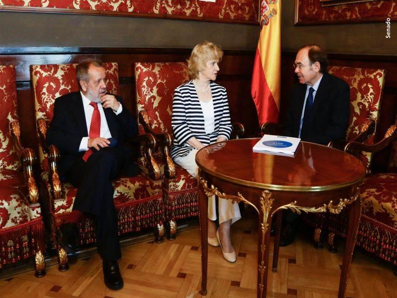 Entrega del balance del mandato de Soledad Becerril en el Senado, de izquierda a derecha: Francisco Fernández Marugán (adjunto primero), Soledad Becerril (Defensora del Pueblo) y Pío García- Escudero (Presidente del Senado)