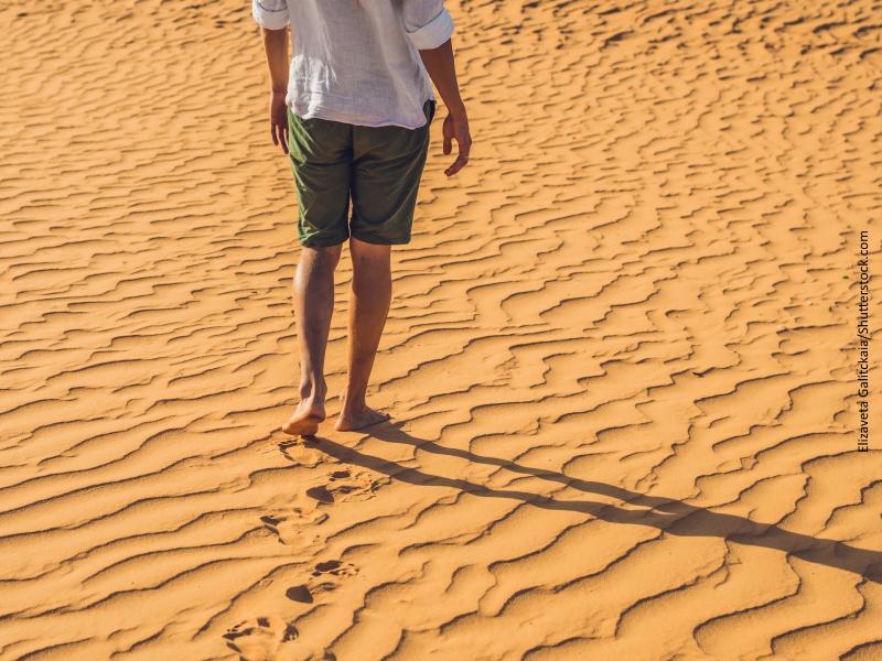 Hombre solo caminando por un desierto