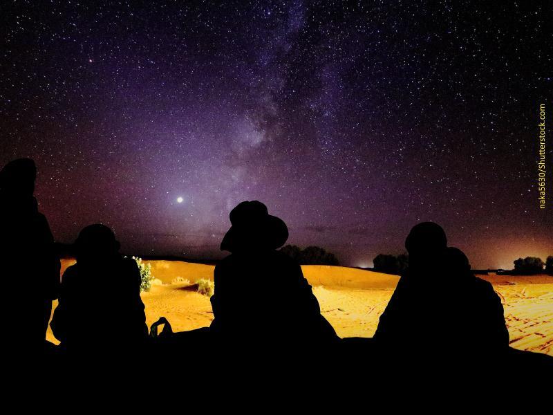 Grupo de personas de noche en el desierto