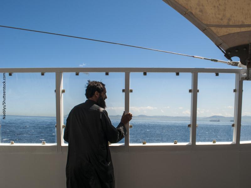 Hombre en barco mirando a tierra a la vista