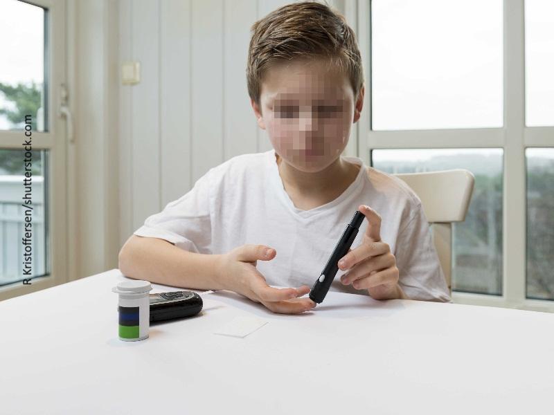 Niño inyectándose insulina