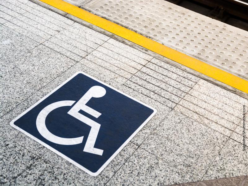 Símbolo de minusválido sobre el andén de una estación