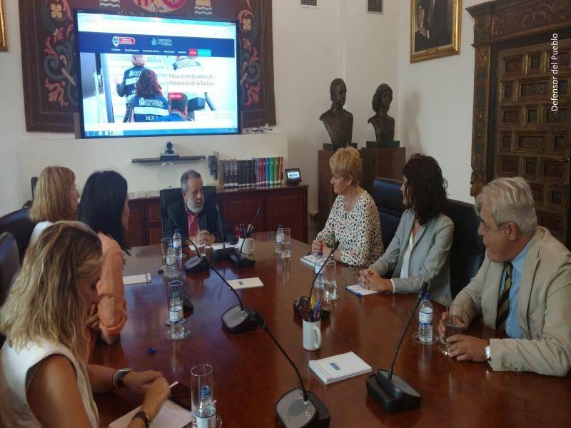 El Defensor del Pueblo (e.f) charla con Ángela González durante su reunión en la institución