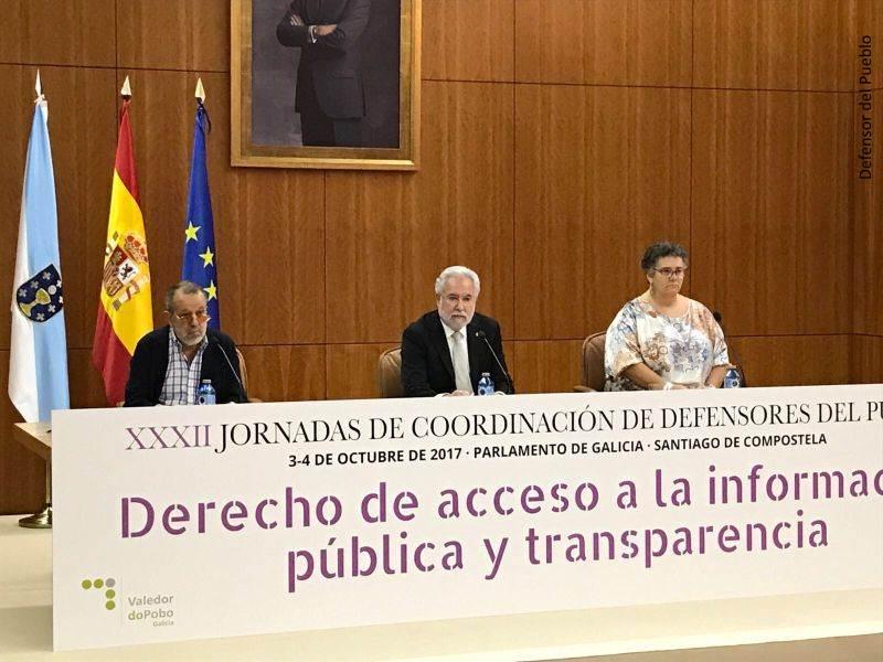 Mesa de ponentes de la XXXII jornada de coordinación de Defensores del Pueblo, de izquierda a derecha: Francisco Fernández Marugán (Defensor e.f.), Miguel Ángel Santalices (Presidente del Parlamento Gallego) y Milagros Otero (Valedora do pobo)