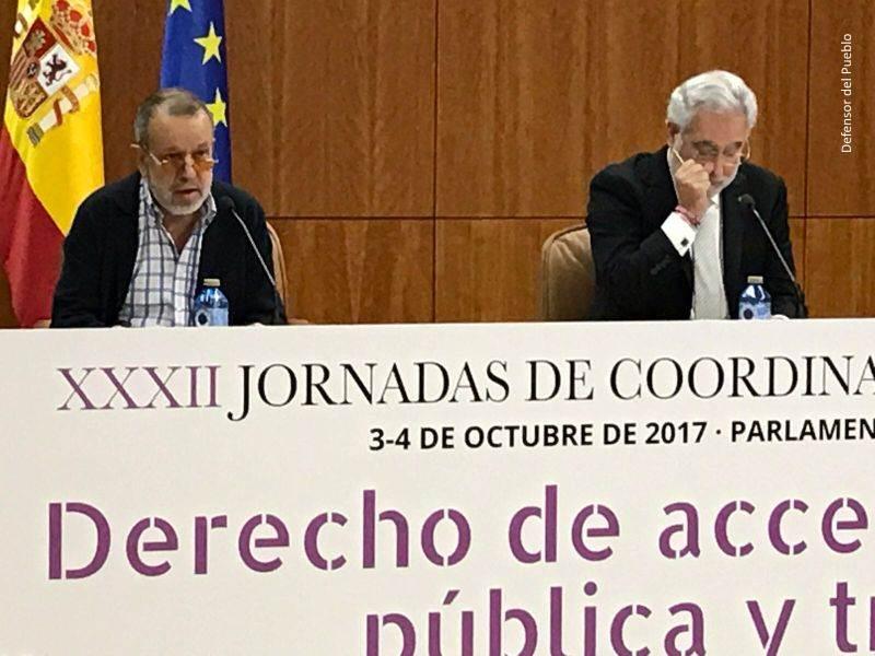 Mesa de ponentes de la XXXII jornada de coordinación de Defensores del Pueblo, de izquierda a derecha: Francisco Fernández Marugán (Defensor e.f.) y Miguel Ángel Santalices (Presidente del Parlamento Gallego)