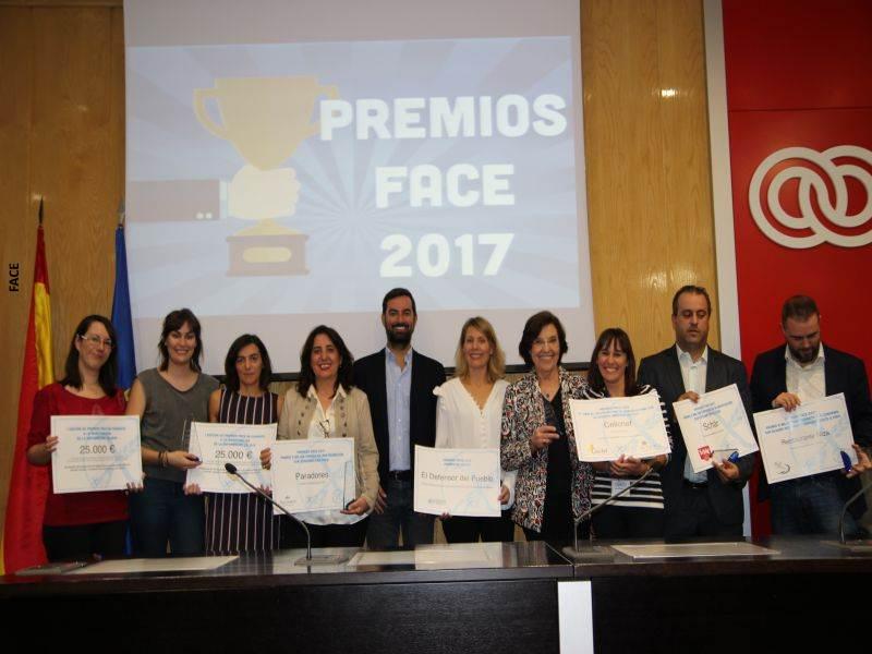 Concepció Ferrer i Casals (adjunta segunda) posa con los premiados en FACE 2017