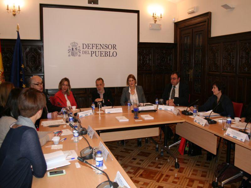 El Defensor del Pueblo e.f. Francisco Fernández Marugán reunido en la sala de juntas de la sede con representates del Ombudsman de Ucrania
