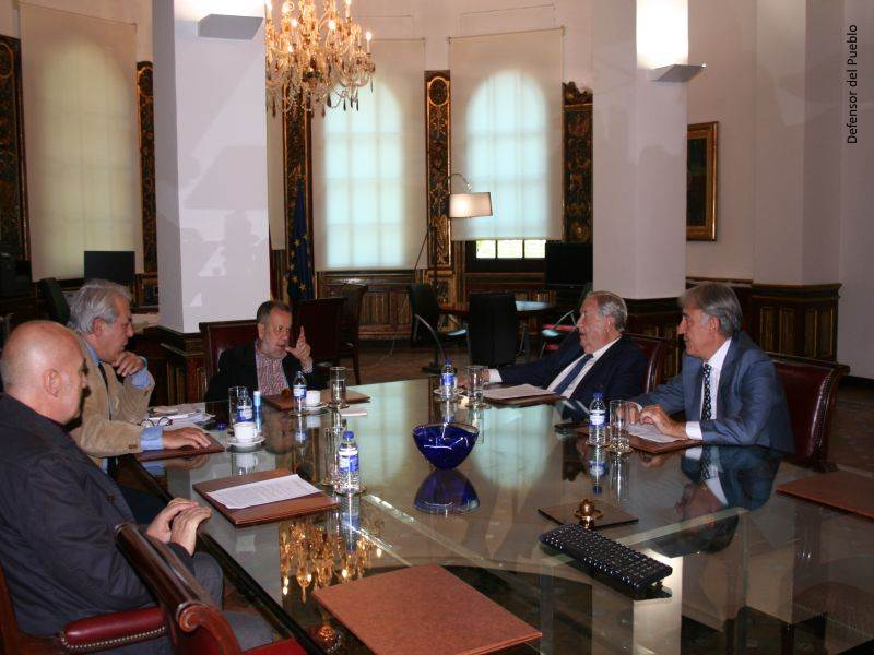 Francisco Vírseda (director del gabinete del Defensor), Francisco Fernández Marugán (Defensor en e.f.) y Jerónimo Saavedra (Diputado del Común) reunidos en el Despacho del Defensor en la institución
