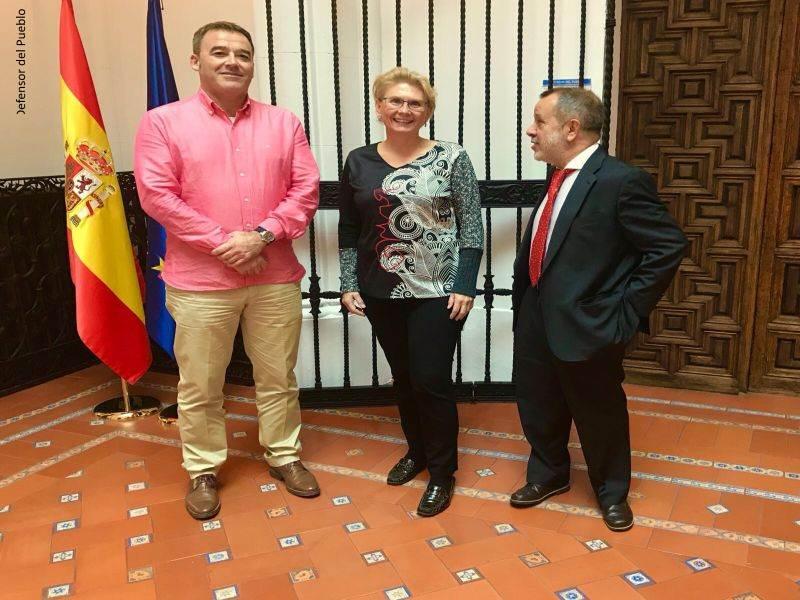 El Defensor del Pueblo e.f. con la Defensora de la Ciudadanía del Ayuntamiento de Palma, Anna Moilanen, en la sede de la Institución
