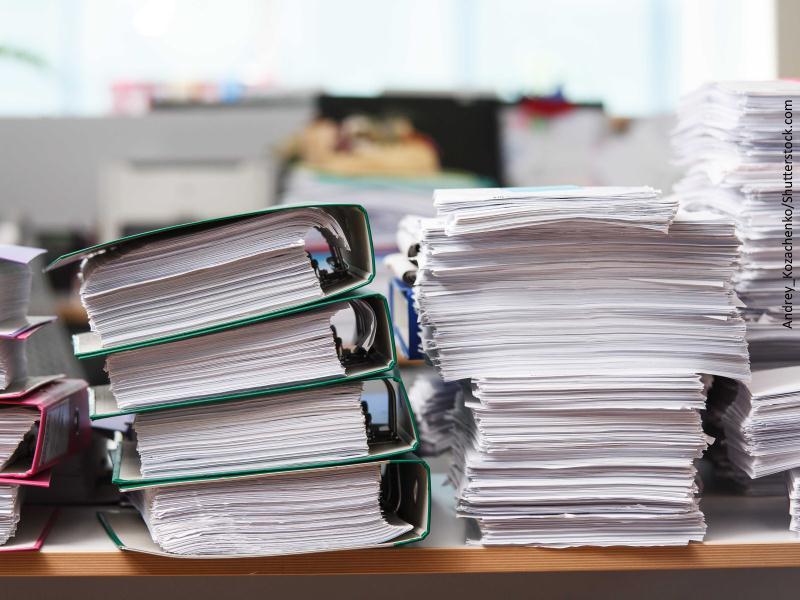 Archivadores y papeles amontonados