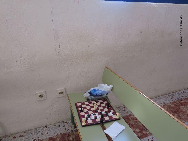 Banco con un ajedrez dentro de la zona de ocio del CIE