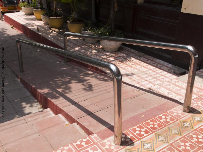 rampa que salva las escaleras de acceso a un espacio público