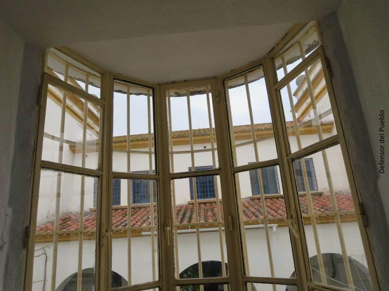 Ventanal con barrotes de Centro de Internamiento de Extranjeros de Algeciras