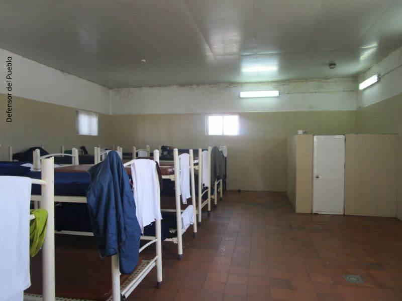 Dormitorio con varios pares de literas del Centro de Internamiento de Extranjeros de Tarifa