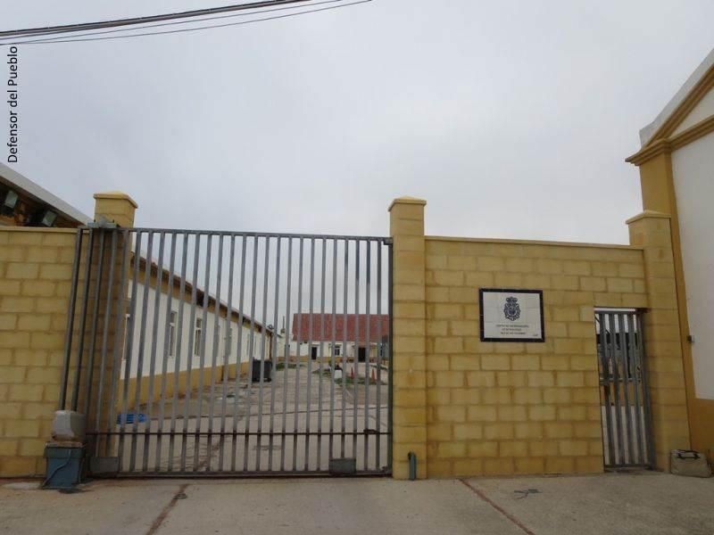 Puerta exterior del Centro de Internamiento de Extranjeros de Tarifa