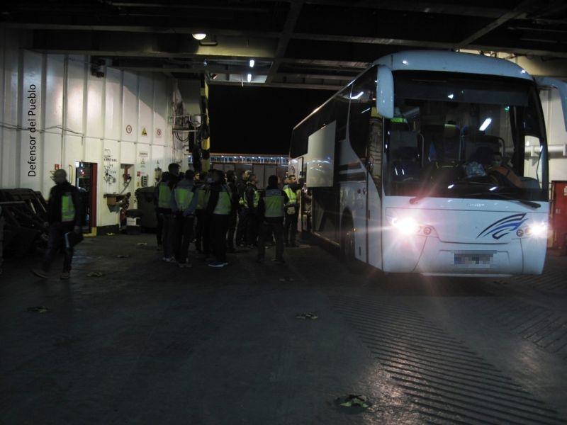 Cargamento del Autobús de Operativo de Repatriación hacia Orán