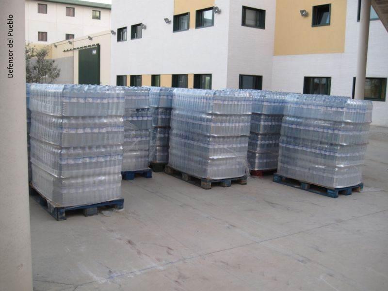 Palés con botellas de litro y medio de agua en instalaciones de la cárcel de Archidona