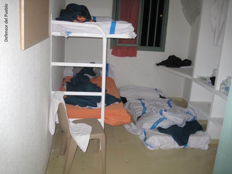 Celda de la Cárcel de Archidona con literas y colchón en el suelo con sábanas revueltas