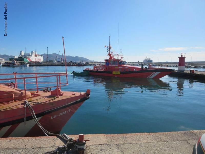 Patera roja llegando al Puerto de Motril