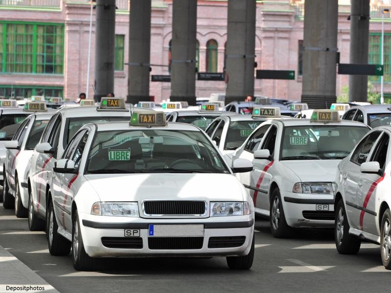 Taxis libres esperando pasajeros en una estación