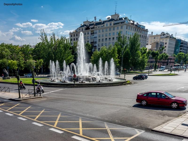 Fuente de chorros de agua en el paseo de la Castellana de Madrid