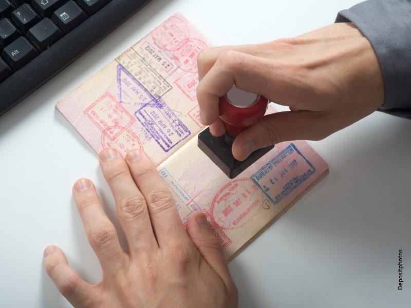 Funcionario sellando pasaporte
