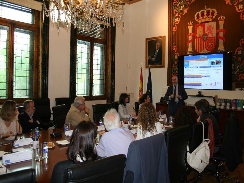 Reunión del Defensor del Pueblo (e.f), Francisco Fernández Marugán, su jefe de gabinete, y el técnico responsable del mnp con ong