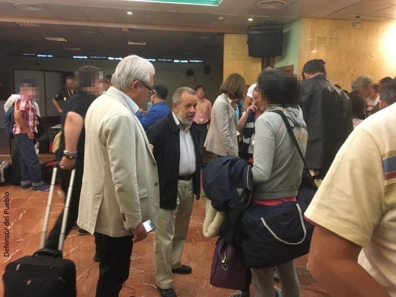El Defensor recibe en Barajas a 64 españoles repatriados desde Perú