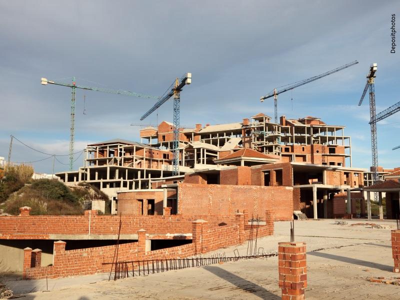 Edificios de tres plantas en construcción