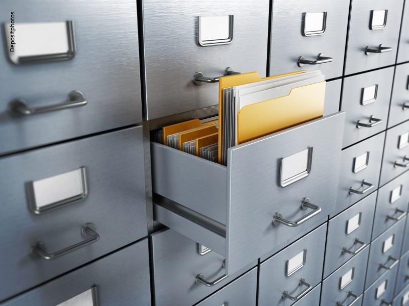 Armario archivador gris metálico con cajón abierto con carpetas
