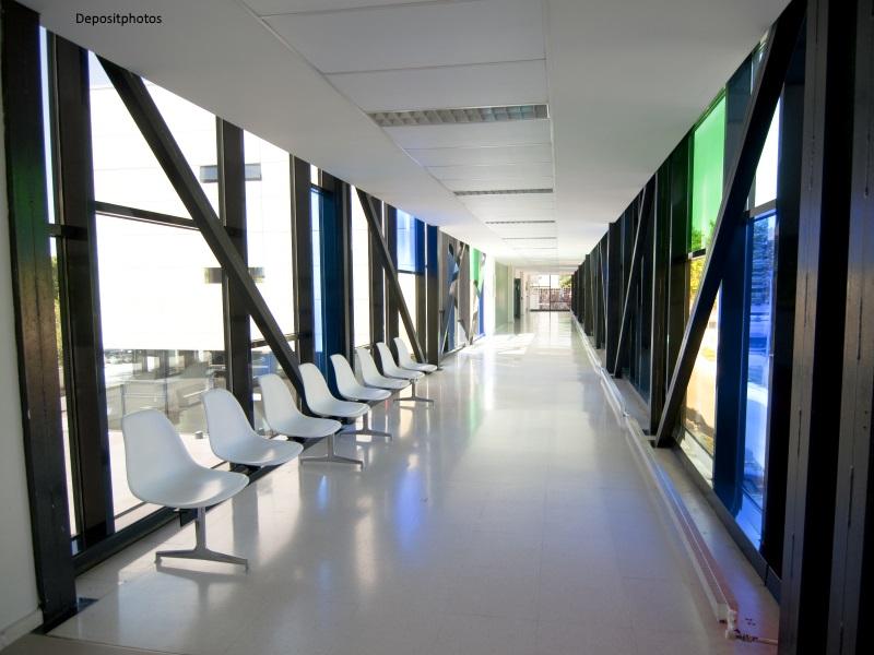 Pasillo de hospital moderno vacío