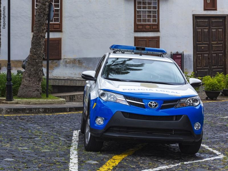 Coche de Policía Local aparcado en calle empedrada
