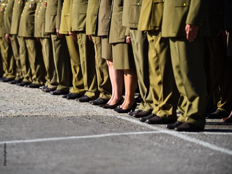 Parada militar con dos mujeres entre los militares