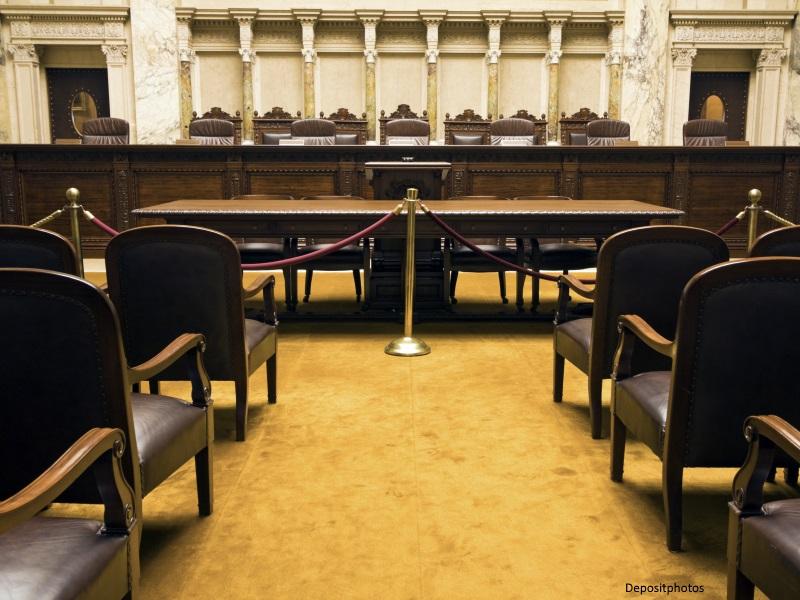 Sala de juicio con estrado y sillas vacías