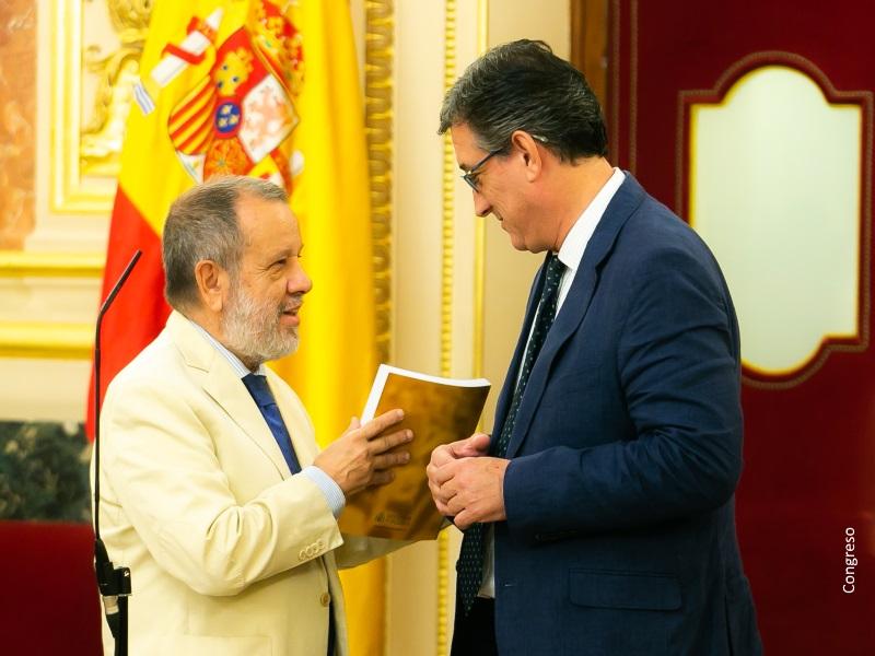 El Defensor del Pueblo (e.f.), Francisco Fernández Marugán, entrega el Informe Anual del MNP 2017 al vicepresidente primero del Congreso Ignacio Prendes