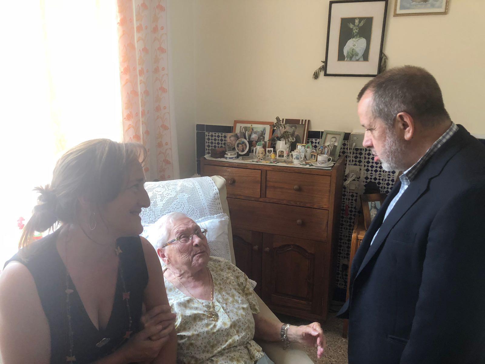 El Defensor del Pueblo (e.f.), Francisco Fernández Marugán. en el hospital español de Tetuán charlando con una señora mayor