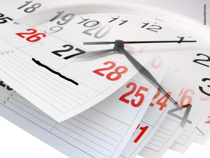 Composición fotográfica de reloj superpuesto sobre páginas de calendario