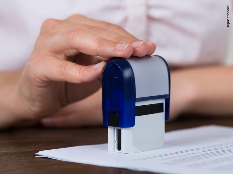 Persona registrando documento