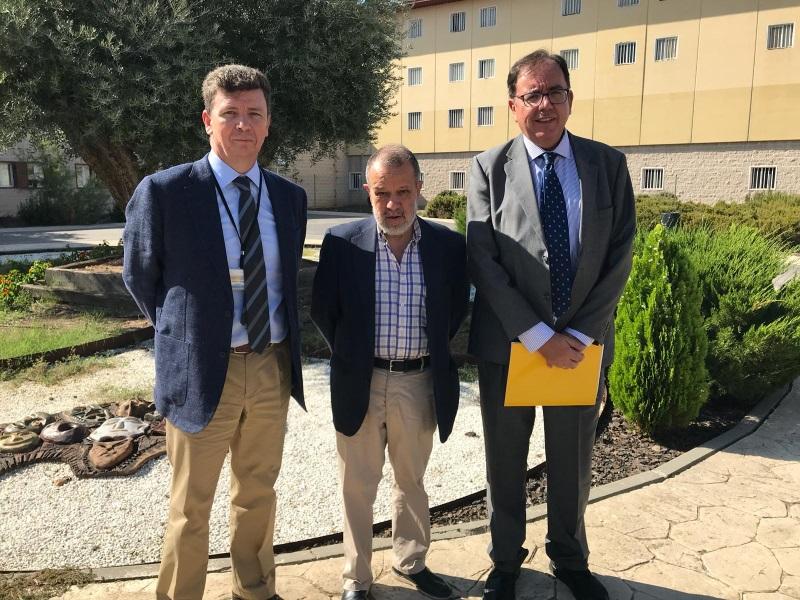 El Defensor del Pueblo (e.f.), Francisco Fernández Marugán, y el Secretario General de Instituciones Penitenciarias en el CP Aranjuez