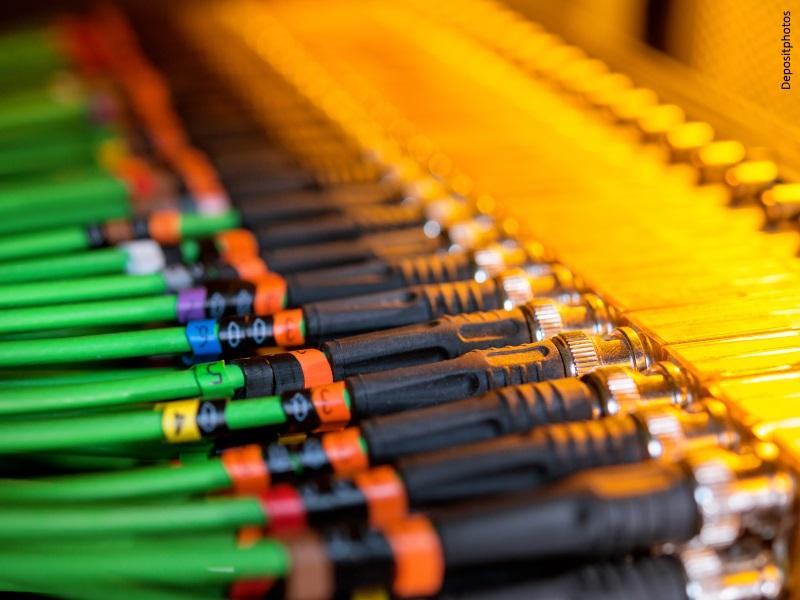 Red de cables de colores de fibra óptica conectados al servidor