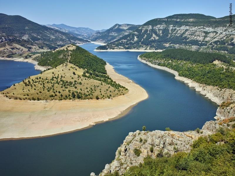 Cauce de un río entre montañas