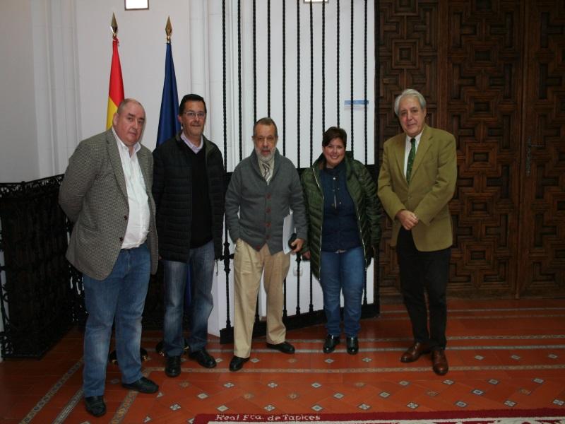 Fernández Marugán, su jefe de gabinete y el responsable de Medio Ambiente y Urbanismo con los padres de la menor no empadronada en Valdequemada.